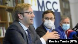 Balról jobbra Szalai Zoltán, az MCC igazgatója, Orbán Balázs kuratóriumi elnök és miniszterelnökségi államtitkár, illetve Boris Kálnoky, a szervezet médiaiskolájának vezetője 2020. szeptember 9-én.