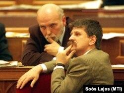 Kosztolányi Dénes, az ún. Megfigyelési Bizottság fideszes elnöke és Kövér László a polgári titkosszolgálatokat felügyelő tárca nélküli miniszter a parlamentben 1999. november 30-án