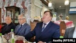 Матбугат очрашуында катнашучы Рифат Фәттахов (у), Разил Вәлиев, Алмаз Хәмзин.