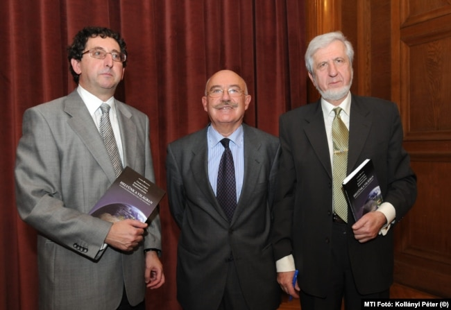 Csaba László Martonyi János és Jeszenszky Géza volt külügyminiszterekkel közös könyvük bemutatóján