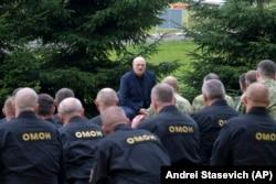 Александр Лукашенко выступает перед бойцами ОМОНа.