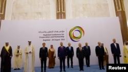 Эммануэль Макрон и премьер-министр Ирака Мустафа аль-Казыми с участниками регионального саммита по укреплению сотрудничества, Багдад, 28 августа 2021года