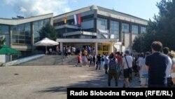 Македонски граѓани на вакцинирање во Спортската сала во Врање