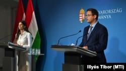 Szentkirályi Alexandra kormányszóvivő és Gulyás Gergely Miniszterelnökséget vezető miniszter sajtótájékoztatón Budapesten, 2021. július 7-én