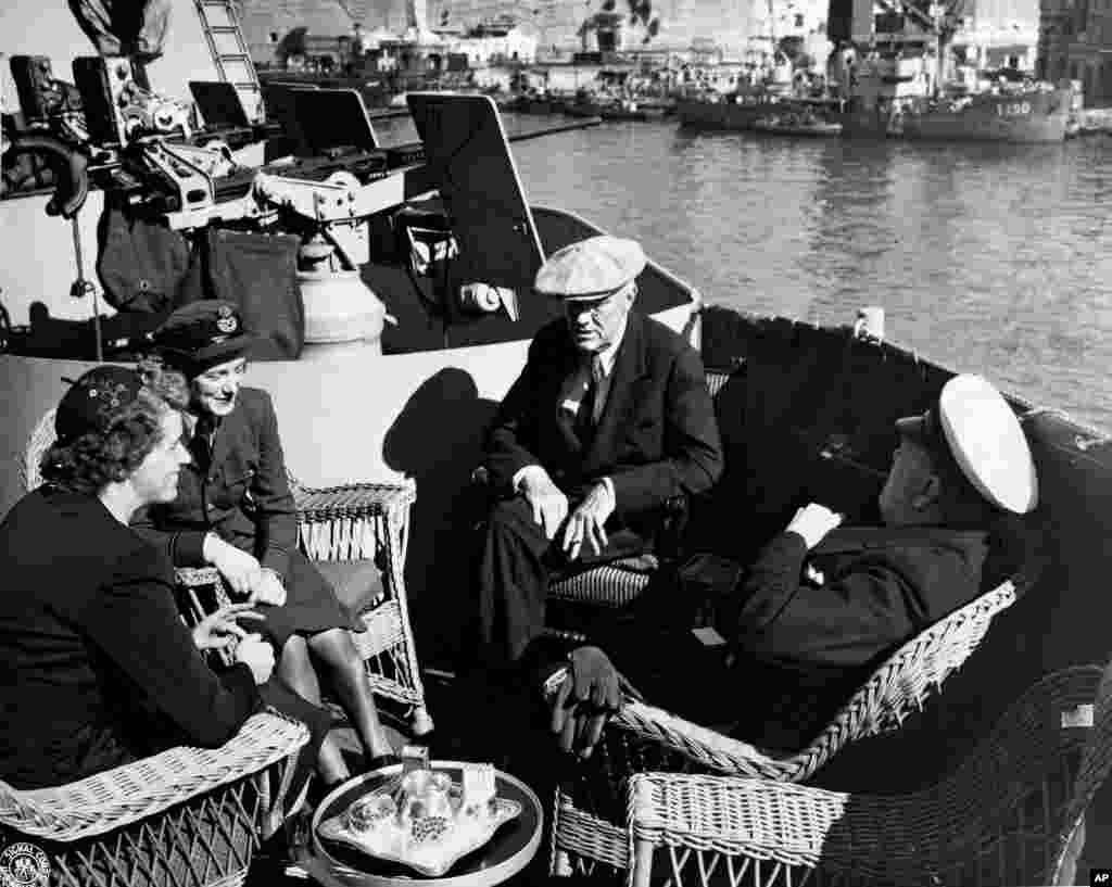 Президент США Франклин Рузвельт беседует со своей дочерью Анной Беттигерна борту военного корабля в Средиземном море по пути на Ялтинскую конференцию, 2 февраля 1945 года