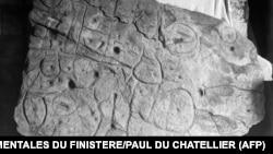 Плочата от Сен Белек е с размери 1,5 на 2 метра. Снимката е правена преди десетилетия.