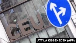 """ცენტრალური ევროპის უნივერსიტეტმა (CEU) განაცხადა, რომ """"აიძულეს"""" თავისი პრესტიჟული სასწავლებელი ვენაში გადაეტანა. ამას წინ უძღოდა ხანგრძლივი ბრძოლა ორბანის მთავრობასთან."""