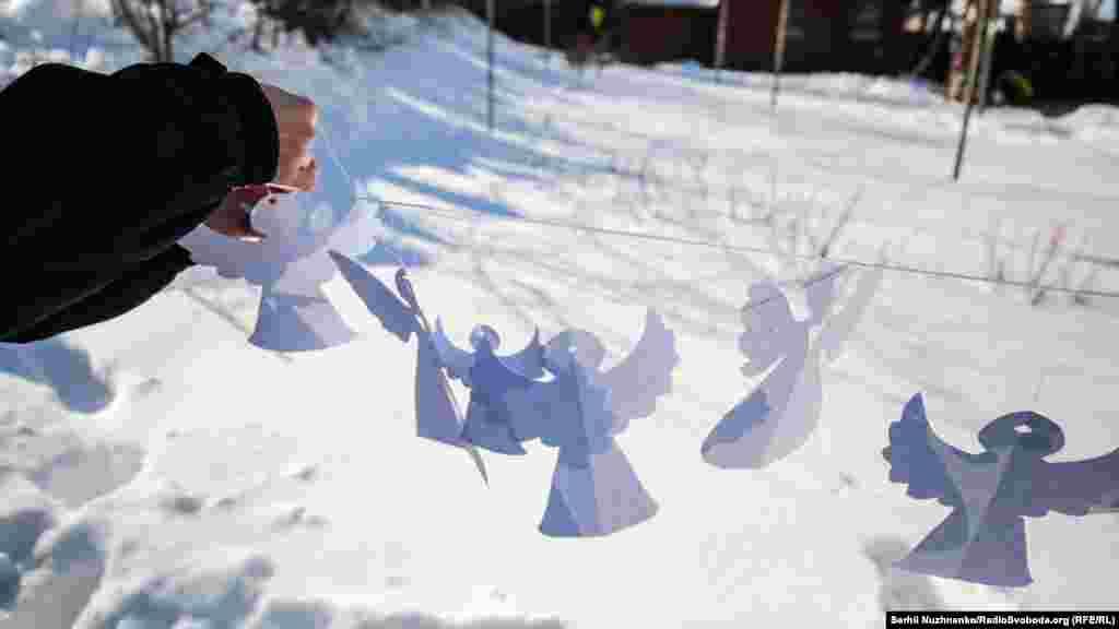 Щороку українці у всьому світі створюють тисячі витинанок із білого паперу, які символізують загиблих за Україну