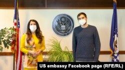 Посланичката на САЩ Херо Мустафа и журналистът Димитър Кенаров.
