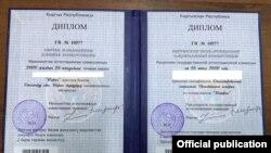 Жогорку Кеңештин депутаты «З.Т.З.» жасалма делген диплому.