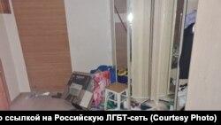 В квартире задержанных, после того, как к ним пришли сотрудники ОМОН и полиция