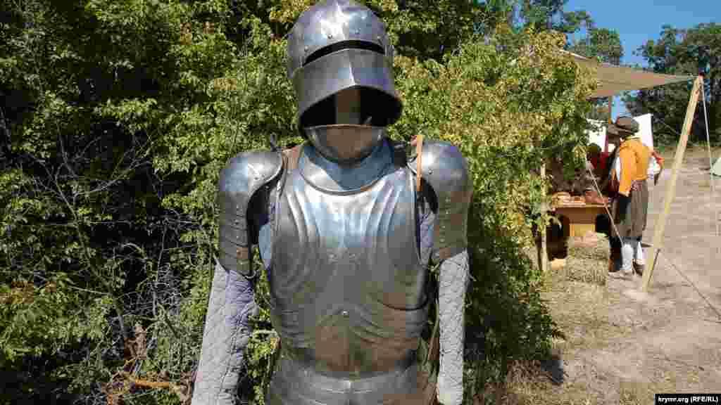Доспехи средневекового рыцаря в историческом лагере на Федюхиных высотах под Севастополем