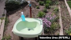 O chiuvetă într-o gospodărie din Tocuz