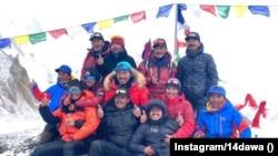 Групова снимка на непалците, които се отправят към К2 за първото зимно изкачване. Десетима от хората на тази снимка успяват.