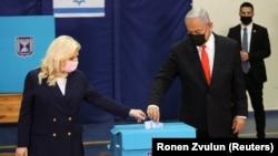 ისრაელის პრემიერ-მინისტრი ბენიამინ ნეთანიაჰუ და მისი მეუღლე სარა კენჭისყრისას. 2021 წ. 23 მარტი.