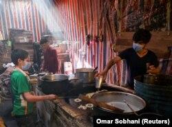 Чоловік готує цукерки перед священним місяцем Рамадан у Кабулі, Афганістан, 12 квітня 2021 року