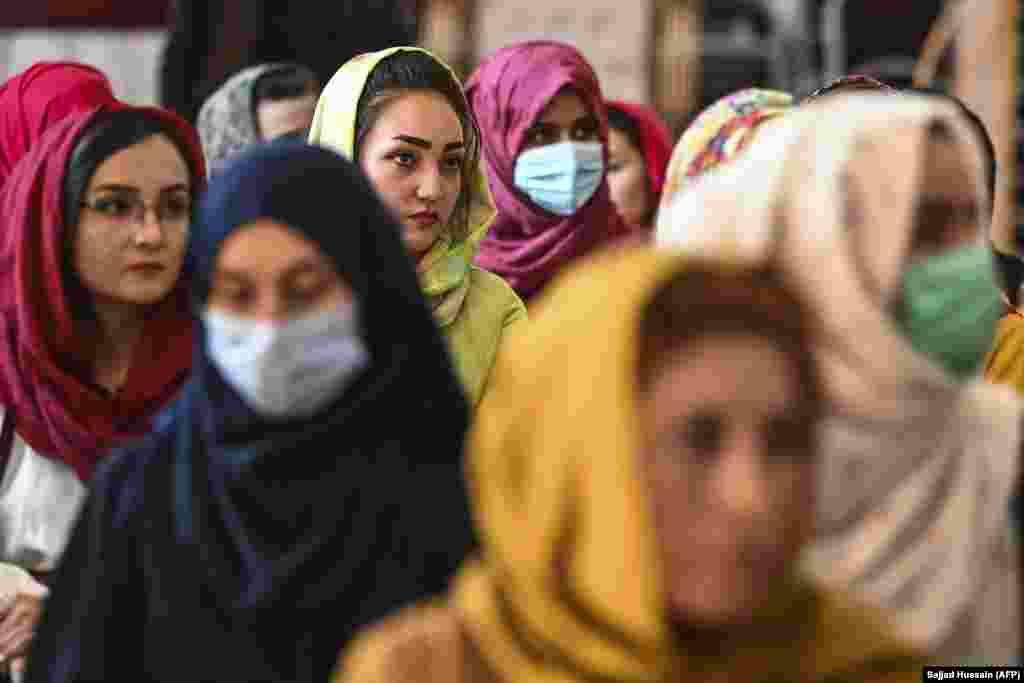 Кабул, 2 жніўня. Многія жанчыны ў афганскай сталіцы носяць хусткі на галаве ў грамадзкіх месцах, многія нічым не прыкрываюць валасы. Але па меры прасоўваньня руху «Талібан» іх могуць прымусіць насіць даўно схаваную бурку.