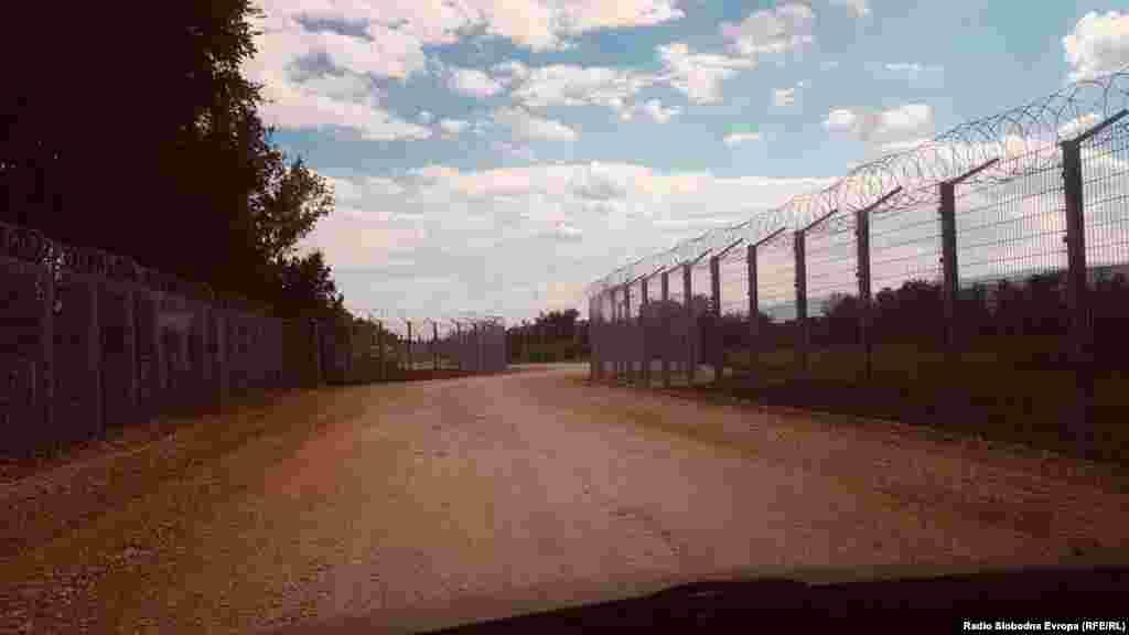 Оградата е поставена кај селото Миратовац, недалеку од македонската граница.