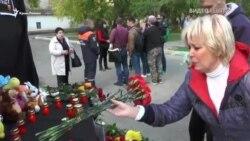 «Где была охрана?» Жители Керчи скорбят о жертвах массового убийства (видео)
