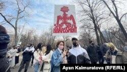 Активисты, прибывшие на женский марш, в парке Ганди, перед началом шествия. Алматы, 8 марта 2021 года.