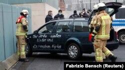 Возачот е приведен и се утврдува дали намерно удрил во заштитната ограда од зградата каде е кабинетот на германската канцеларка.