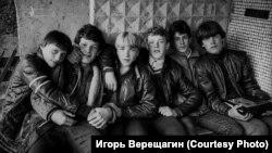 """""""Пацаны у подъезда"""". Братск. 1980-е гг."""