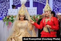 Анель Куаныштай (справа) на кыз-узату, проводах невесты.