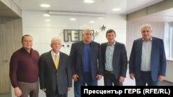 Бившият премиер Бойко Борисов (в средата) с бивши кадри на ДПС. В края на февруари Нуридин Исмаил, Гюнер Тахир, Орхан Исмаилов и Мехмед Дикме (от ляво надясно) заявиха, че ще подкрепят ГЕРБ на изборите през април