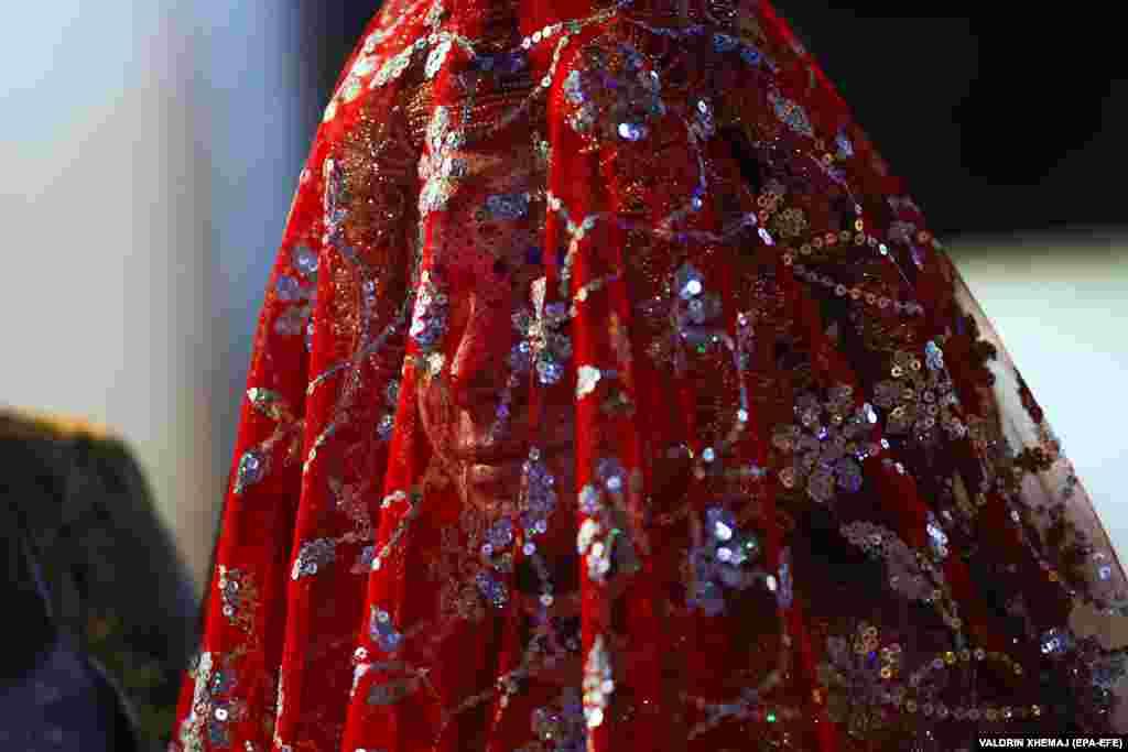Лицо невесты остается закрытым до начала церемонии бракосочетания