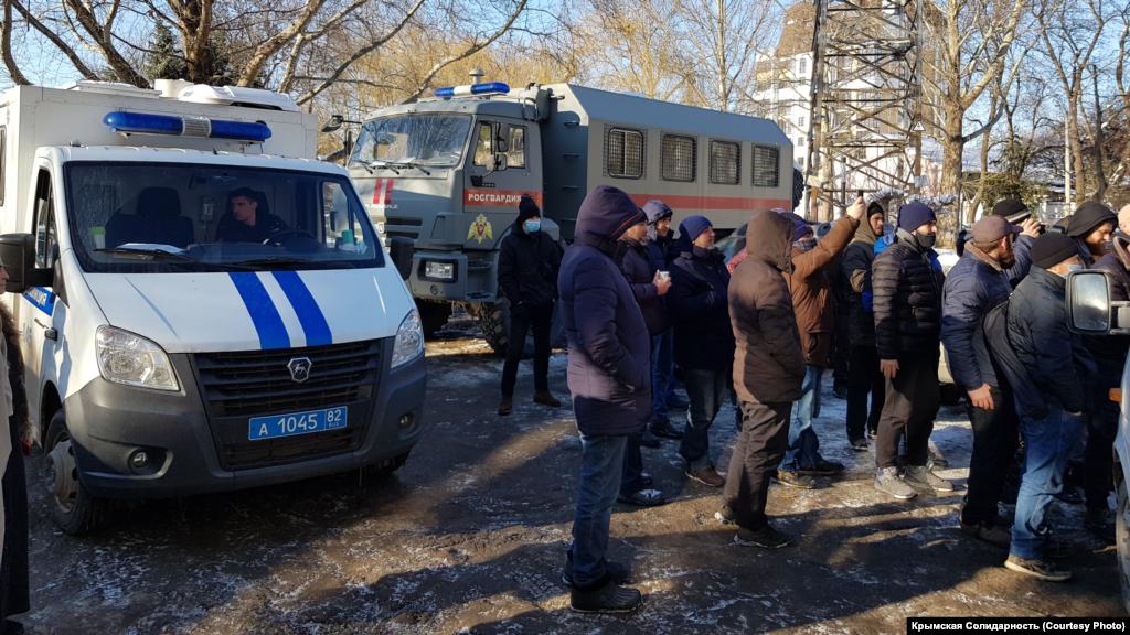 У задній двір суду заїхали дві ГАЗелі. На вулиці чергував КАМАЗ Росгвардії, машина ДПС і кілька службових легкових машин поліції