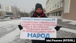 Сергей Дядькин во время одиночного пикета и митинга в защиту Навального