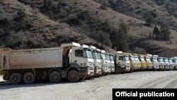 Простаивающие грузовики горнорудной компании.
