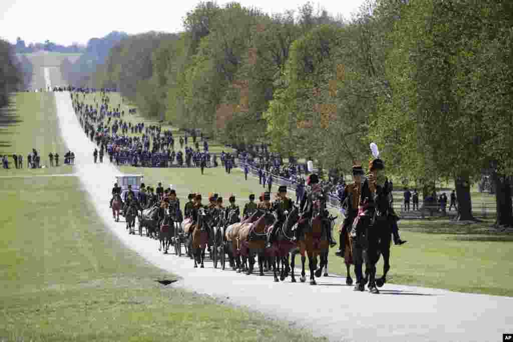 Офицеры Ее Величества отряда королевской конной артиллерии прибыли, чтобы отдать честь британскому принцу Филиппу