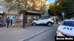 Автомобиль въехал в остановку в Калининграде