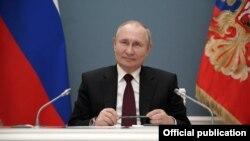 С гласуваните конституционни промени Владимир Путин ще може да остане на власт за нови два шестгодишни мандата след изтичането на настоящия му през 2024 г.
