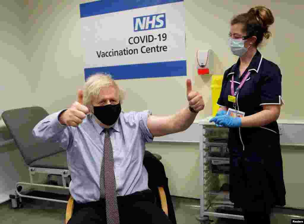 Boris Johnson brit miniszterelnök feltartott hüvelykujjal néz a kamerába, miután megkapta azOxford/AstraZeneca oltását március 19-én.