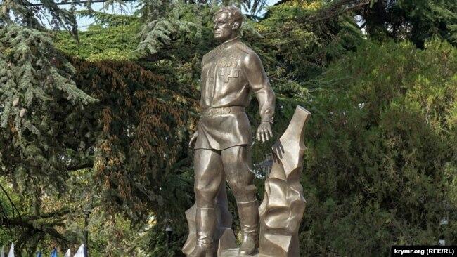 Без тамги и в бронзе. В Крыму открыли памятник крымскотатарскому летчику Амет-Хану Султану (фотогалерея)