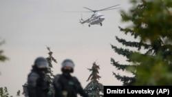 Вертолет, на борту которого предположительно находится президент Беларуси Александр Лукашенко, приземляется на территории резиденции президента в день массового протеста в Минске. 23 августа 2020 года.