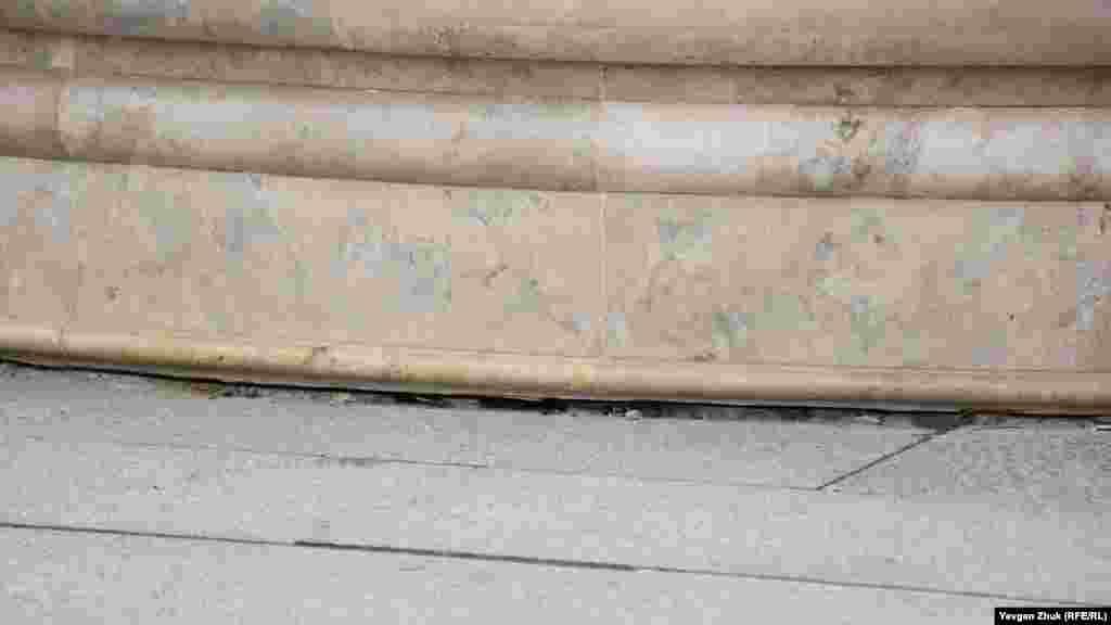 Плитка біля фонтану просіла і буквально ходить ходуном