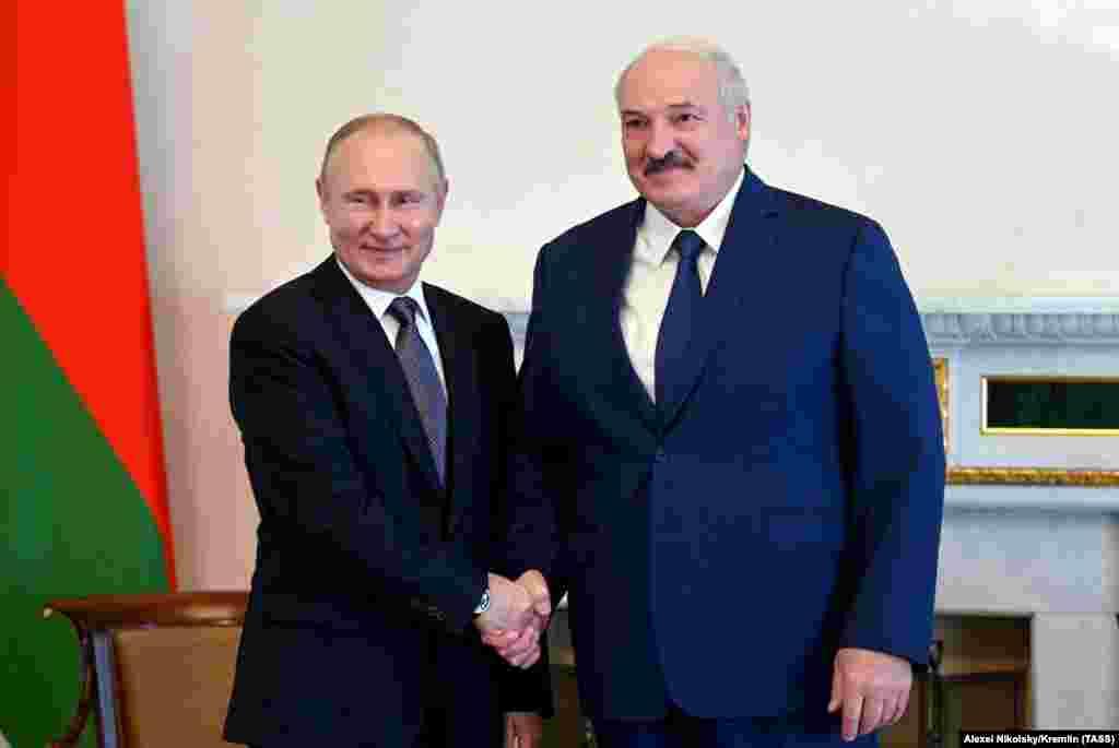 РУСИЈА - Авторитарниот белоруски лидер Александар Лукашенко денеска во Москва се сретна со рускиот претседател Владимир Путин. Ова е петта нивна средба годинава.