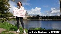 Ирина Милютина во время пикета в поддержку свободы СМИ в России. Псков, 22 августа 2021 года