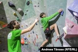 Christian Vlad, antrenor la Climb Again, îl îndrumă pe băiat în timpul unei sesiuni de antrenament