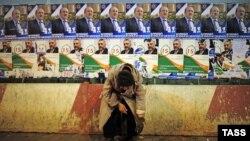 Просьба о подаянии на фоне предвыборных плакатов. Тбилиси, 25 октября 2013 г.
