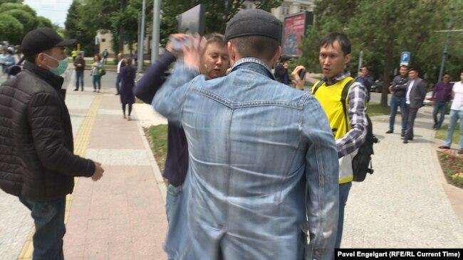 Неизвестный нападает на журналиста Дмитрия Тихонова во время протестов после президентских выборов в июне 2019 года. По словам Тихонова, полиция тогда задержала не нападавшего, а журналиста.