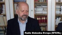 """Виктор Димовски, поранешен македонски амбасадор, ја промовира неговата нова книга """"Предизборните коалиции во Македонија"""" во Битола."""