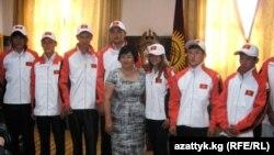 9-августта президент Роза Отунбаева кыргыздын жаш спортчуларын Сингапурга жаштардын олимпиада оюндарына ак жол каалап узаткан.