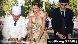 Ozodlik manbasining aytishicha, Gulnora Karimova va Bahodir Karimjonov (o'ngda) aks etgan bu rasm 2007 yil mayida olingan.