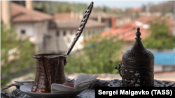 Baqırcınıñ tükânı ve qırımtatar müzeyi: Bağçasaraynıñ Eski şeeri boyunca kezinti (fotogalereya)