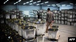 Izborni zvaničnik izvlači glasačke kutije u centru za brojanje glasova u blizini Prištine, fotoarhiv