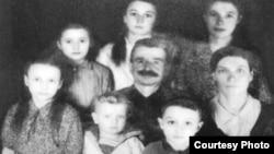 Первая фотография семьи Креницких. На первом плане — шестилетний Леонтин.
